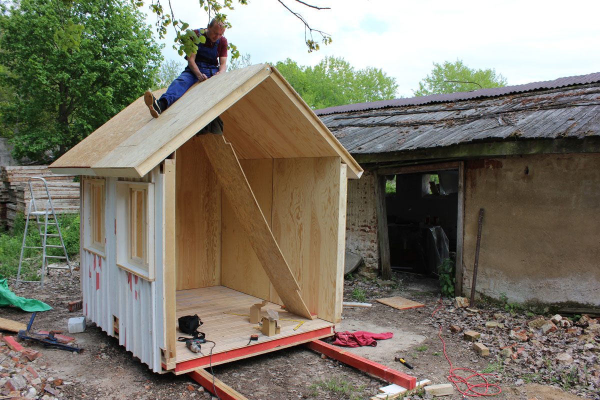 Prefab tiny house france 2 pin up houses for Prefab roof